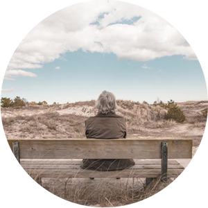 mujer sentada pensando